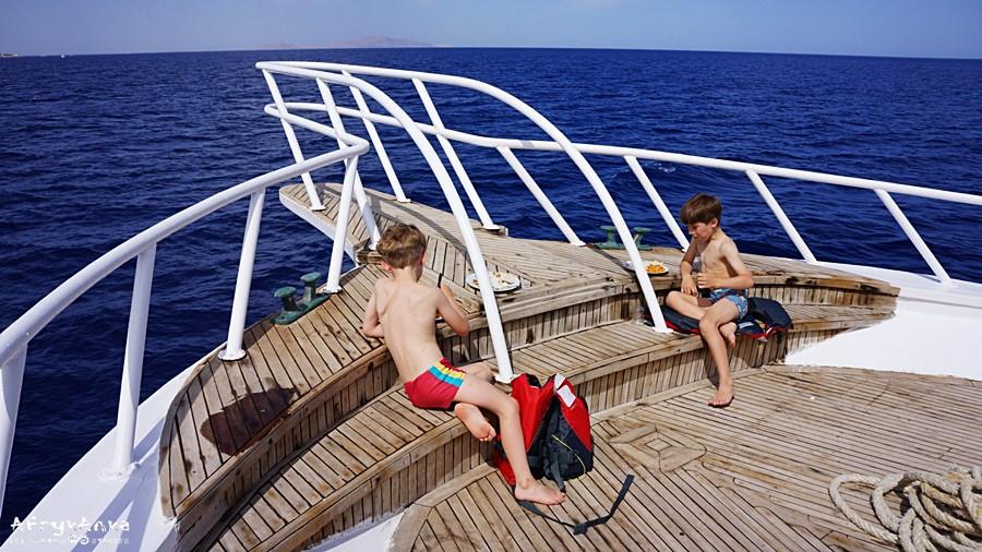 Chłopcy na pokładzie łodzi.