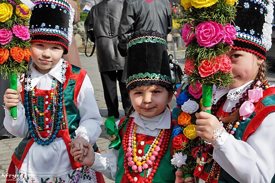 Dziewczynki w tradycyjnych kurpiowskich strojach.
