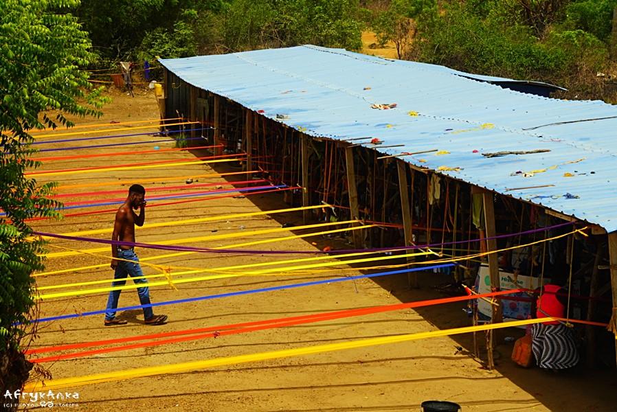 Tkalnia kente przy drodze.