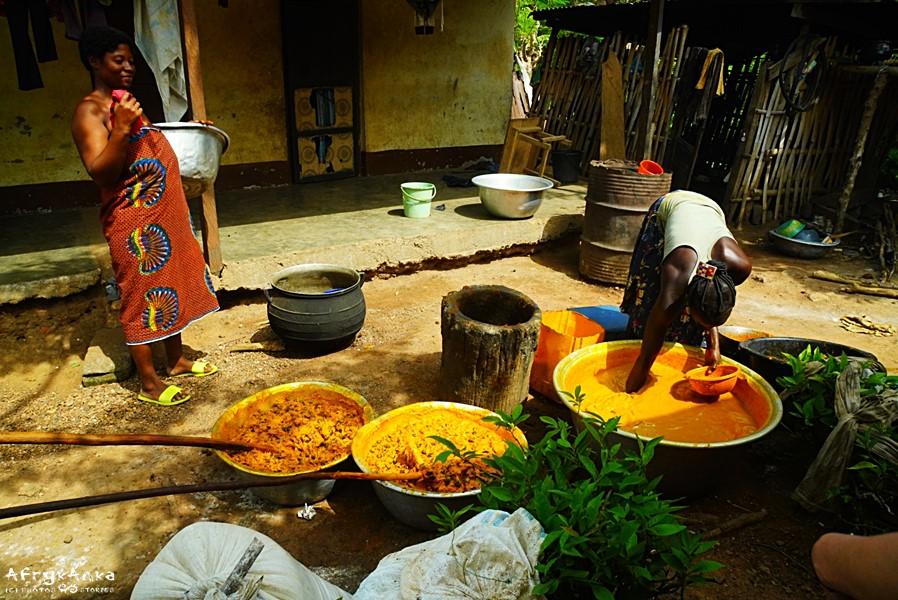 Domowa tłocznia oleju palmowego.