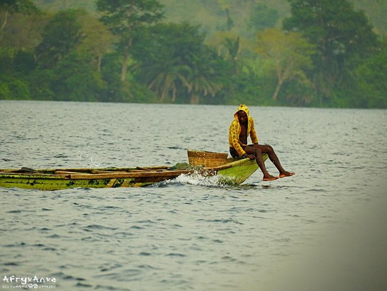 Rybacka łódź na jeziorze.