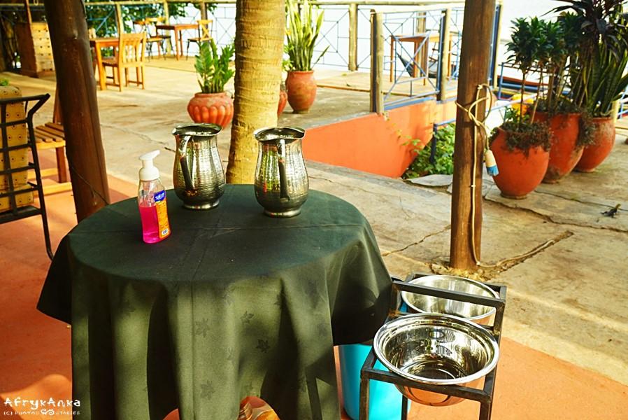 W restauracjach przed stolikami wystawione jest mydło i woda.