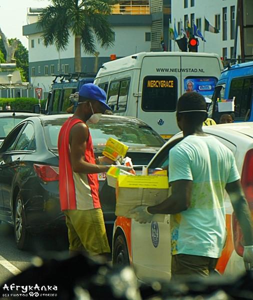 Sprzedawcy na ulicy noszą maseczki.