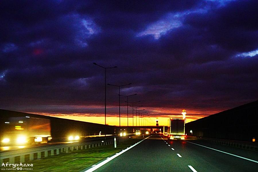 Wschód słońca po drodze.