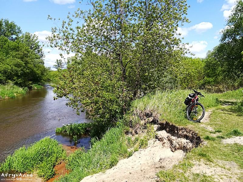Droga wiedzie skarpą nad rzeką.