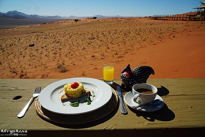 Śniadanie z widokiem na pustynię.