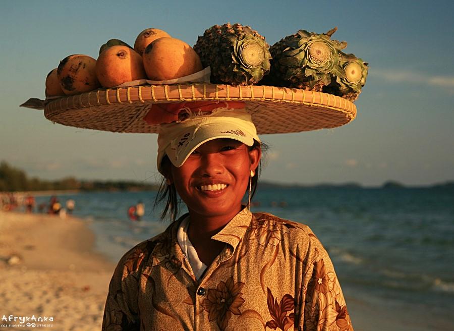 Kambodża - sprzedawczyni na plaży.