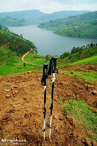 Uganda - kijki Tohla Tirol nad jeziorem Bunyonyi.