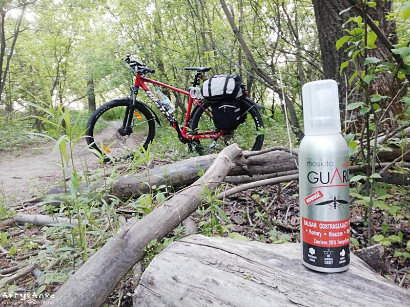 Butelka bazowa jeździ w sakwie roweru.