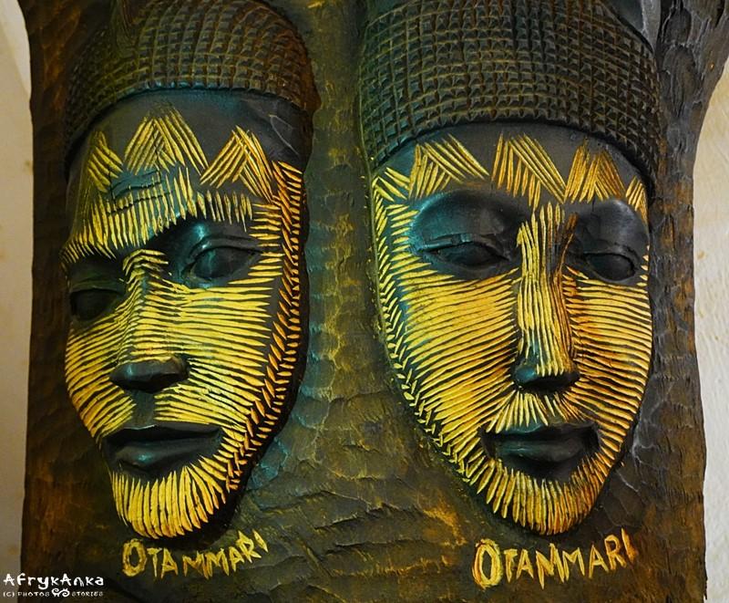 Rzeźba twarzy ze skaryfikacjami.