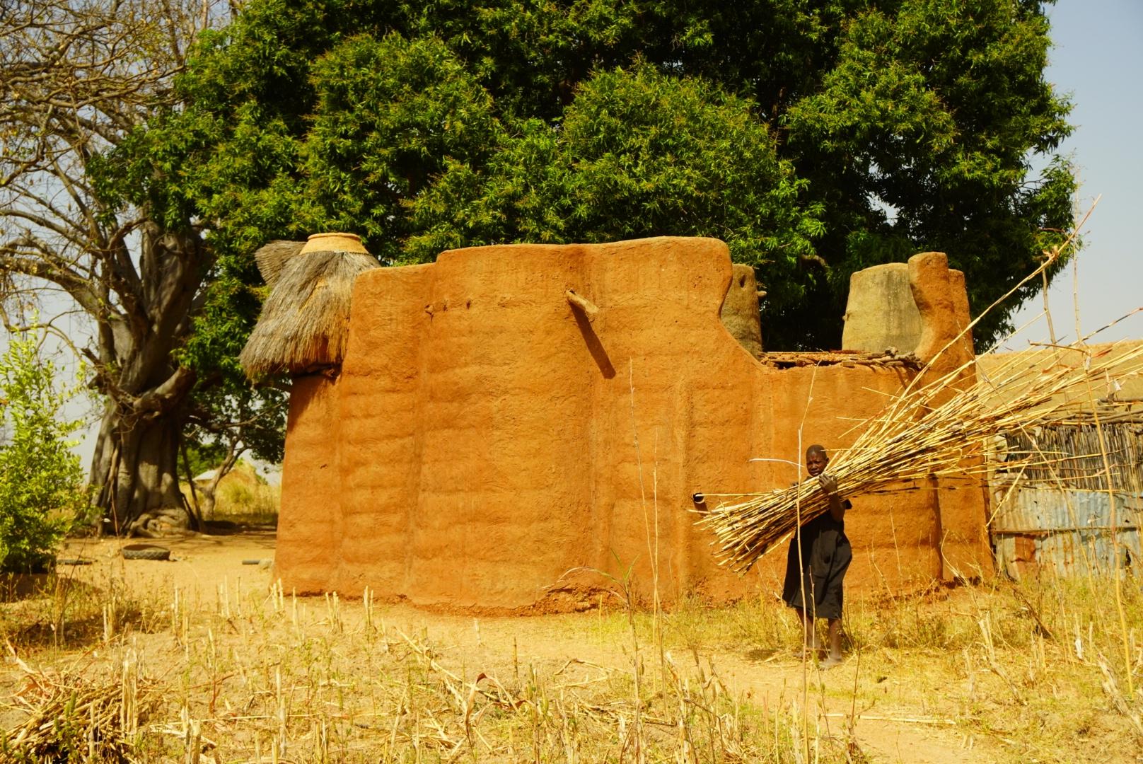 Tradycyjny dom przy drodze do granicy.