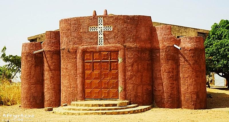 Kościół inspirowany tradycyjną architekturą.