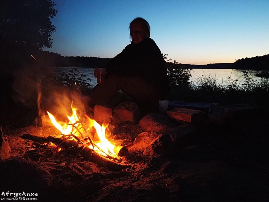 Wieczorne ognisko.