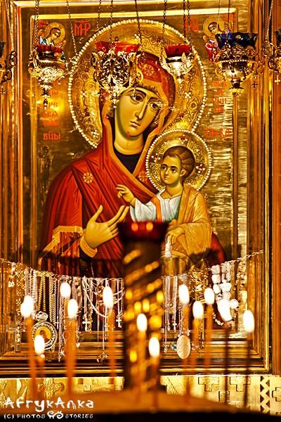 Ikona Madonny z Dzieciątkiem w środku cerkwi.
