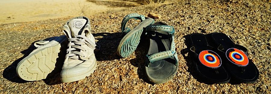 Mój podstawowy zestaw afrykański: Palladium, sandały TEVA i japonki TEVA.