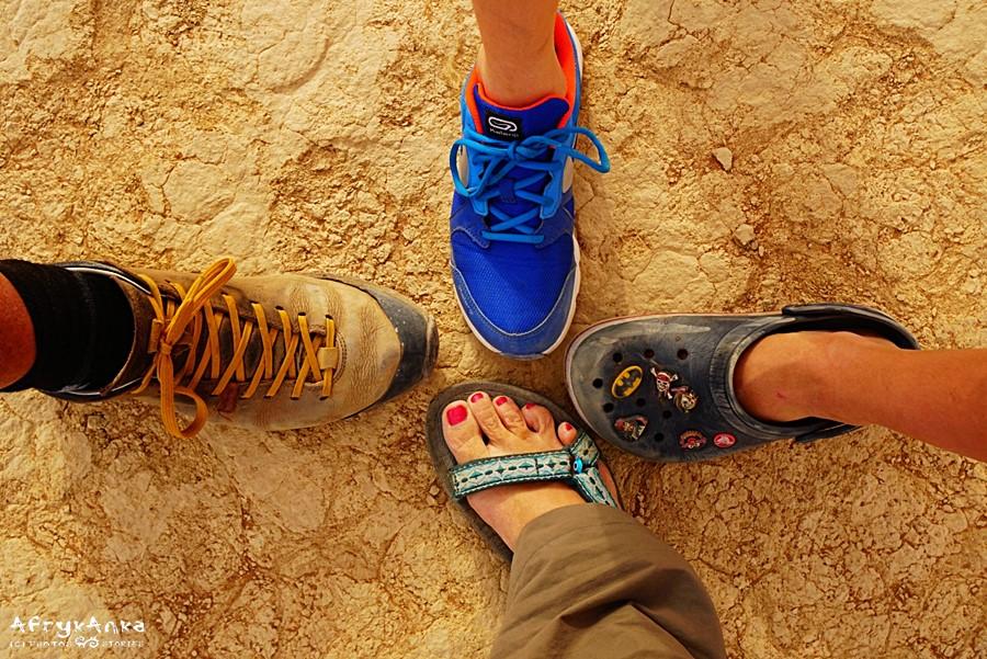 Cztery warianty butów na pustynię piaszczystą.