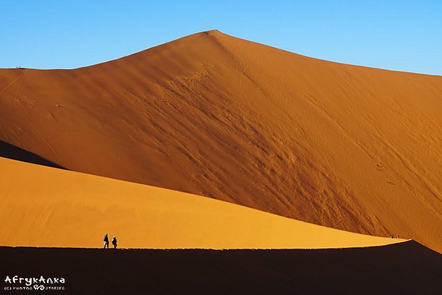 Namib - wędrując po wysokich wydmach lepiej mieć zakryte buty.