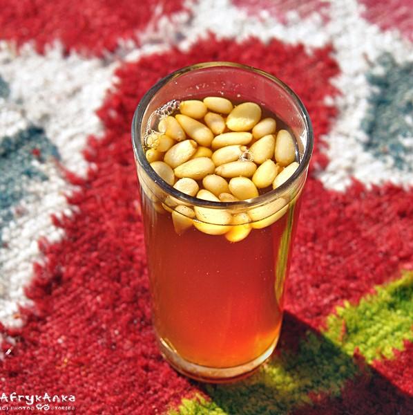 Miejscowy specjał: herbata z orzechami pinii.