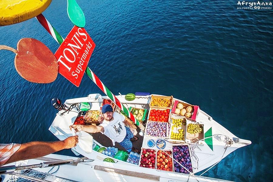 Zakupy prosto z łodzi.
