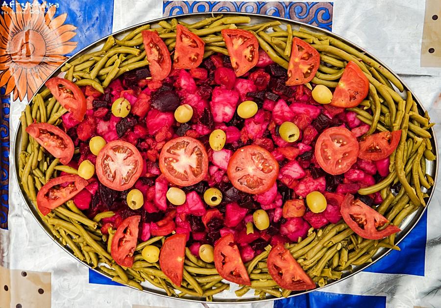 Zdobienie fasolką i pomidorami.