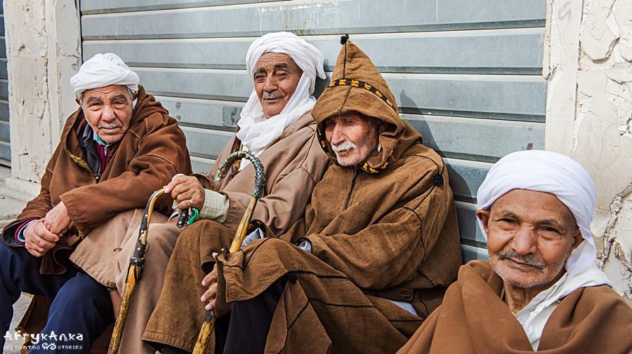 Burnusy do dziś nosi się w sąsiedniej Algierii.