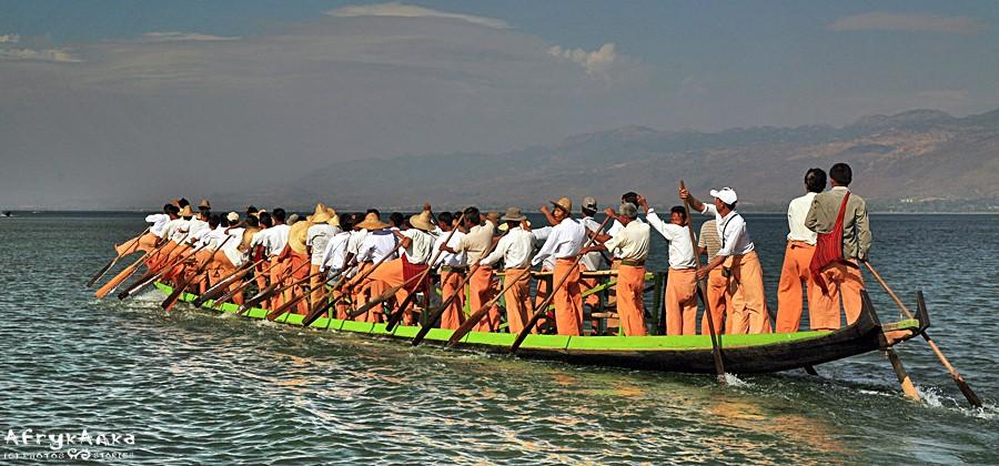 Zawody długich łodzi.