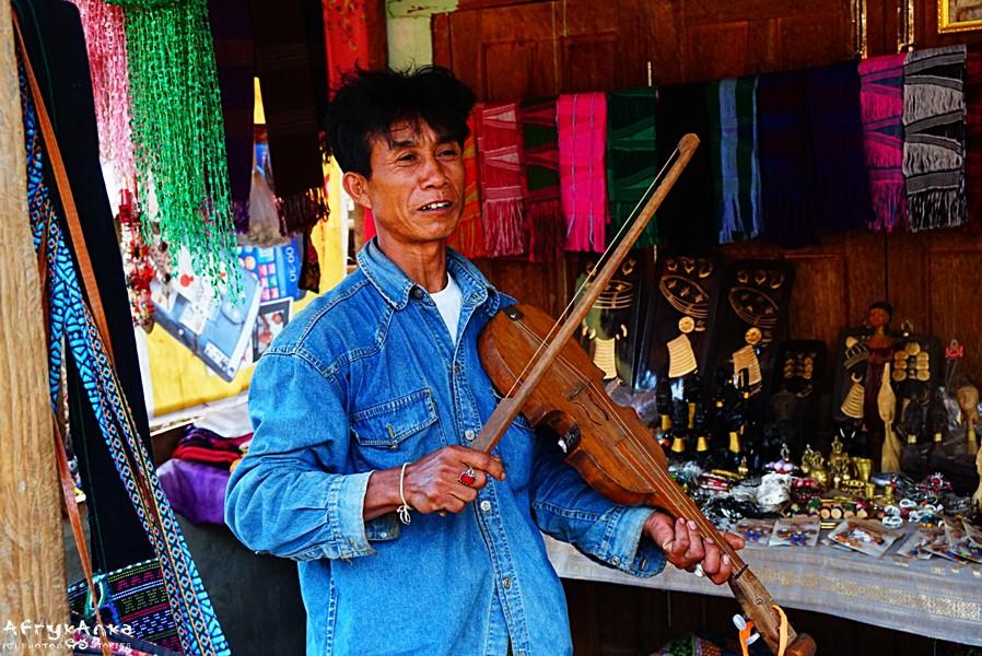 Czasem mężczyźni grają na tradycyjnych skrzypach.