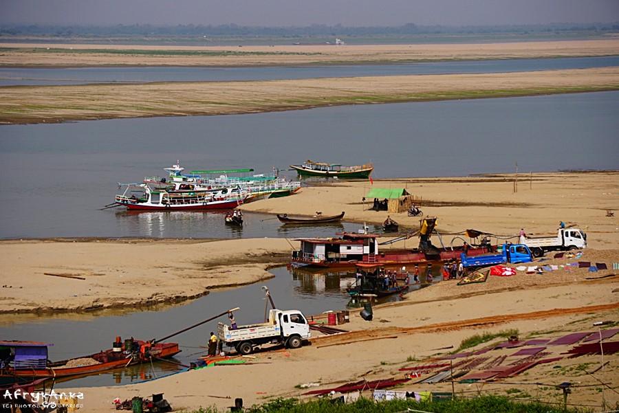 Panorama Irrawadi w dole.