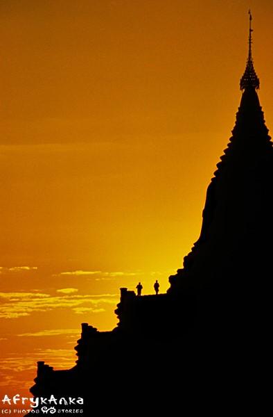 Zachód słońca nad Shwezigon Paya.