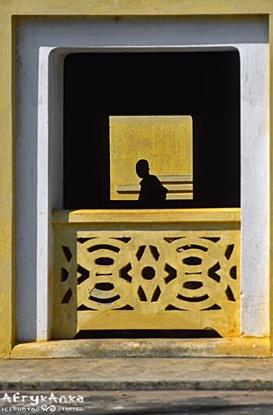 Mnich w świątyni.