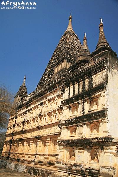 Mahabandola - całe ściany są pokryte płaskorzeźbami.