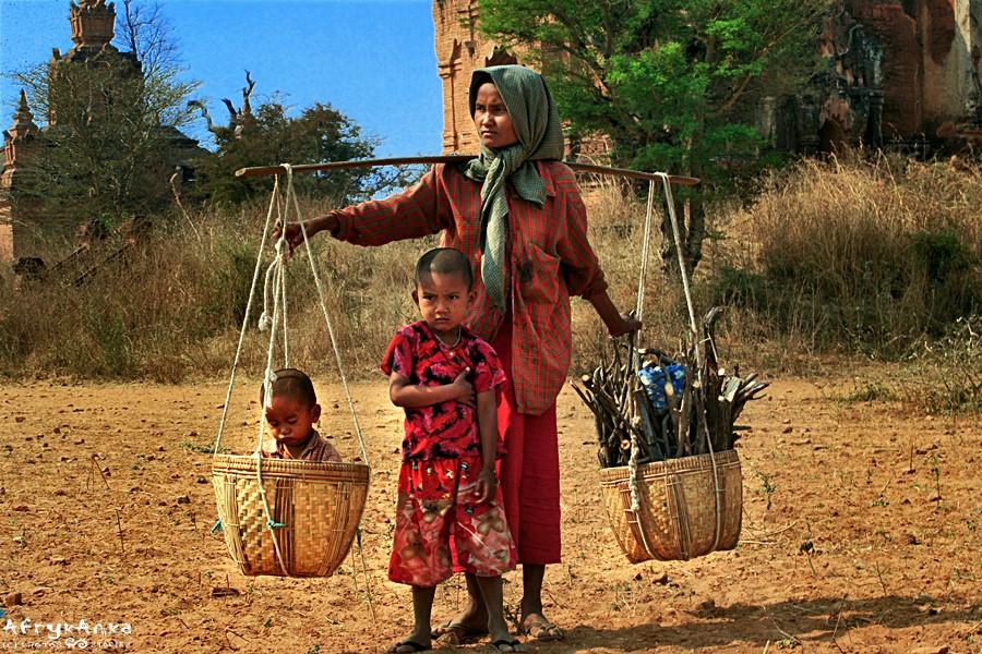 Kobieta wraca do wioski.