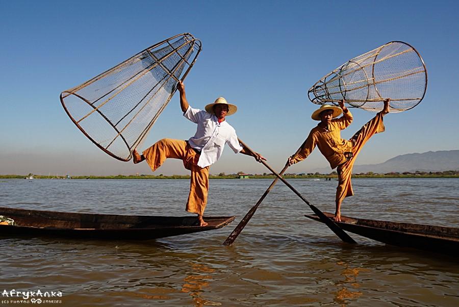 Tutejsi rybacy o poranku chętnie pozują turystom.