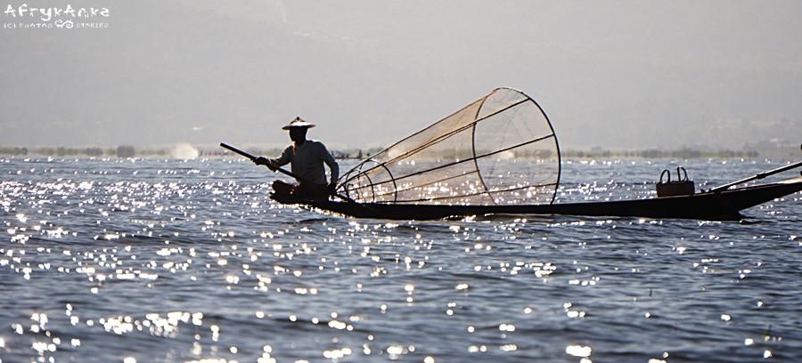 Sieci rybaków są rozpięte na bambusowych stelażach.