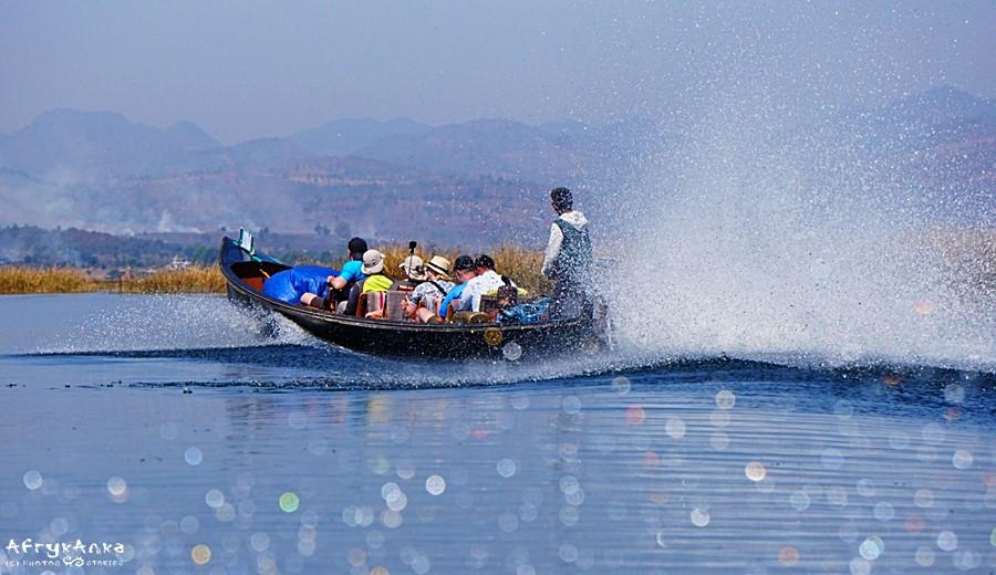 Łódź motorowa to najszybszy środek transportu przez Inle.