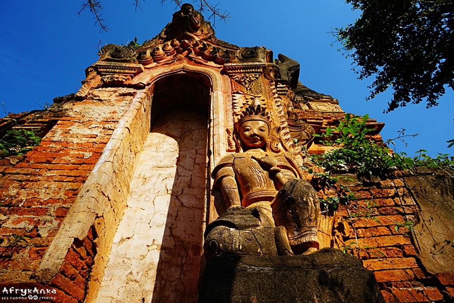 Choć pagody zdają się opuszczone - miejscowi wciąż się tu modlą.