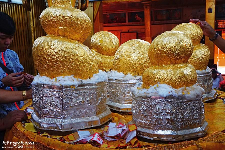 Posągi Buddy oblepione złotem.