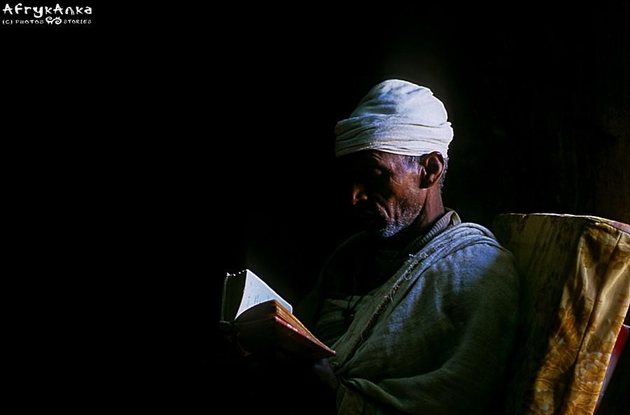 Mnich podczas modlitwy.