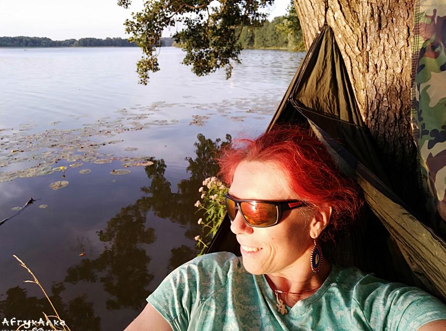 Hamak z widokiem na jezioro.