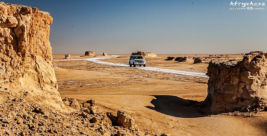 Droga przez Saharę wymaga wiedzy i doświadczenia.