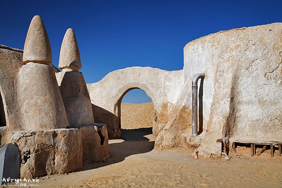 Architektura Mos Espa wzorowana jest nieco na ksarach.