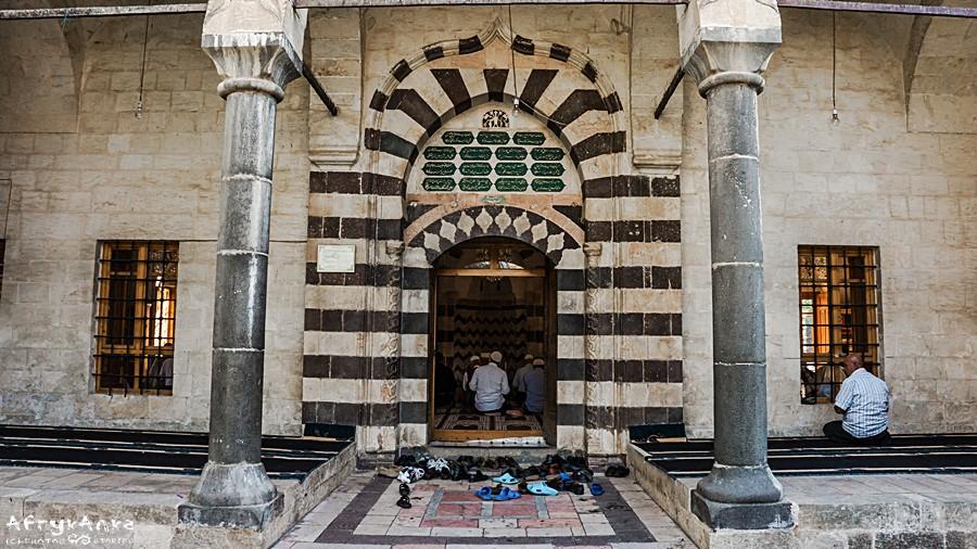 Sanliurfa - wejście do meczetu Halilur Rahman.