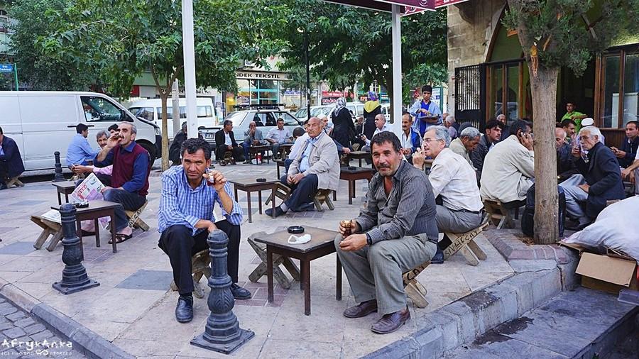Turecka herbata łączy. Typowa pijalnia uliczna.