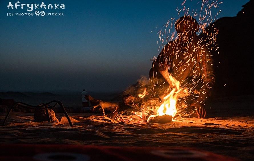 Ognisko podczas wędrówki przez Saharę...