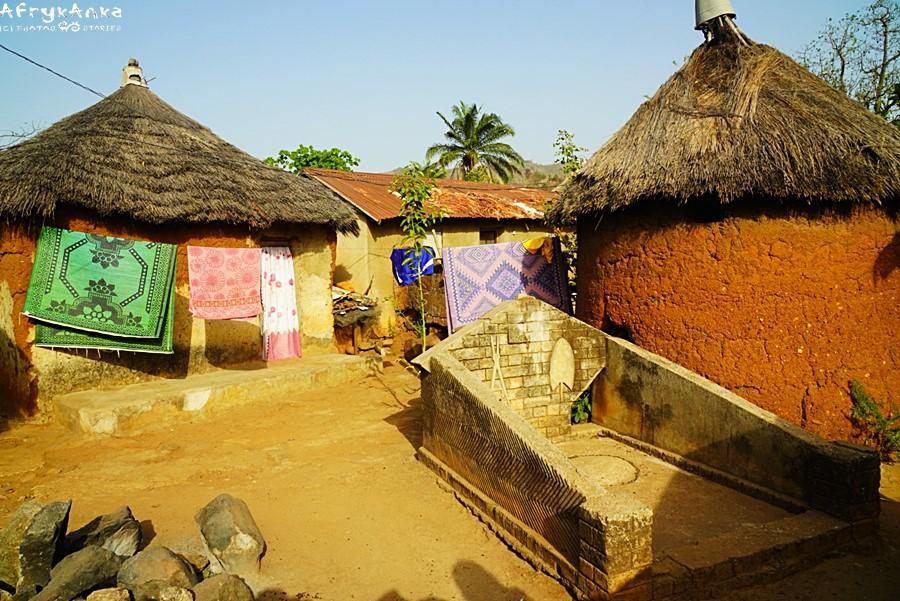Grób między chatami w wiosce.