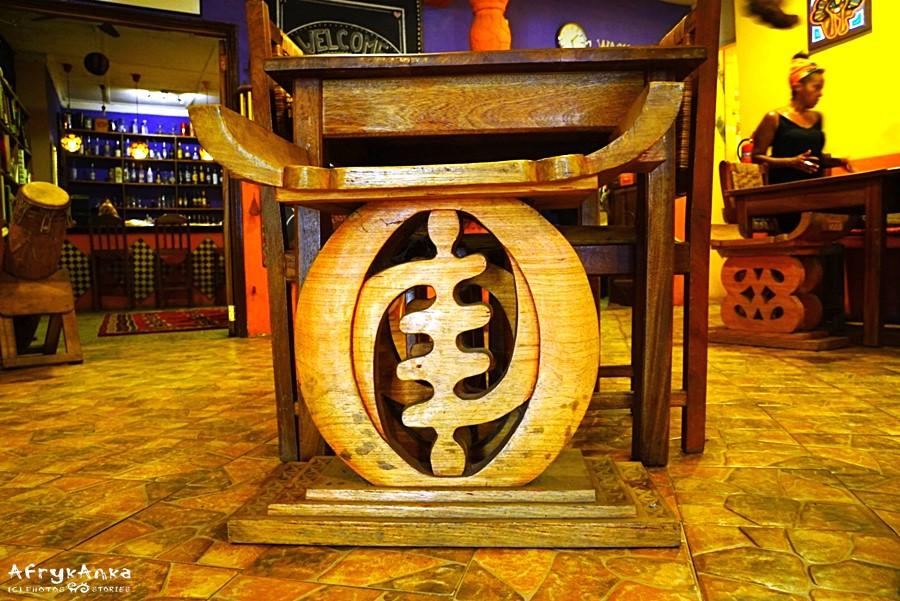 Znak gye nyame jako dekoracja stołka.