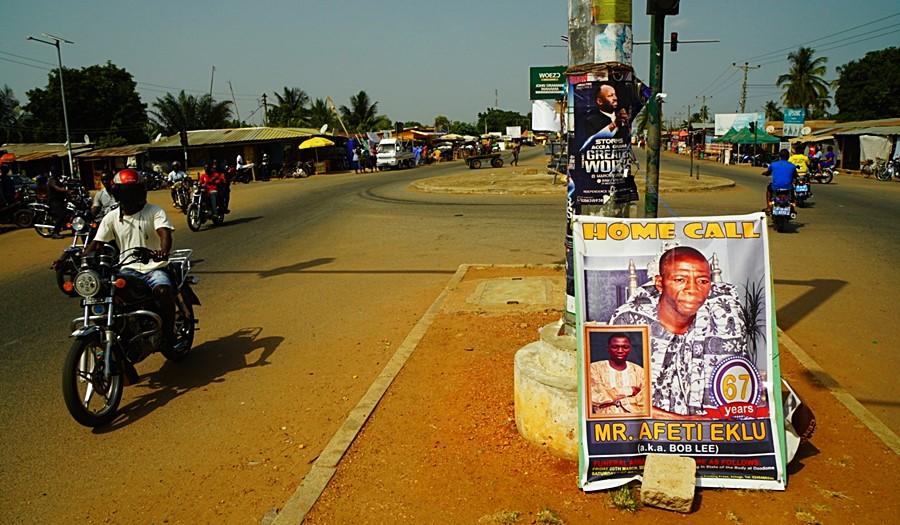 Czasem plakaty o ceremonii są na środku ulicy.
