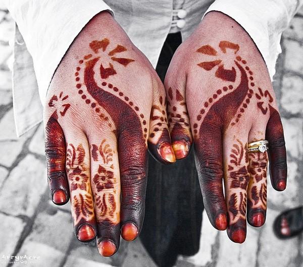Henna na dłoniach.