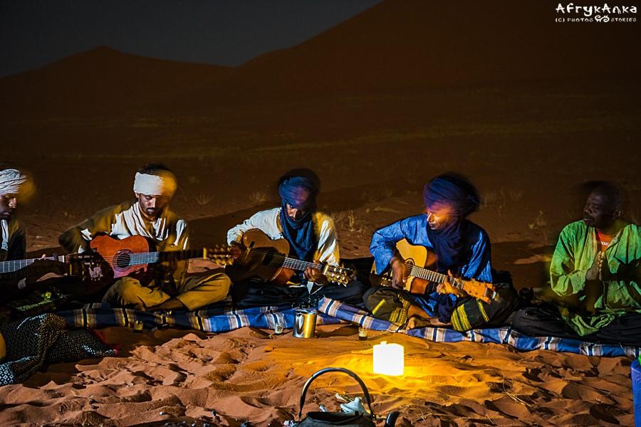 Koncerty przy ognisku to jedno z piękniejszych wspomnień z Sahary.