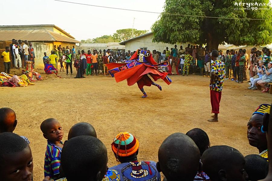 Taniec ducha pośrodku wioski.